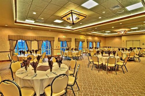 Enjoy events or meetings in our Eagle River room, featuring views of the Boise River, for up to 100 guests.