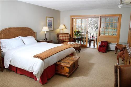 The Lodge at Riverside Deluxe King Room