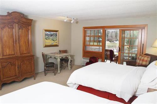 The Lodge at Riverside Deluxe Queen Queen Room