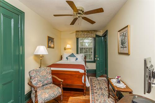 Room 305 (w/303 suite)