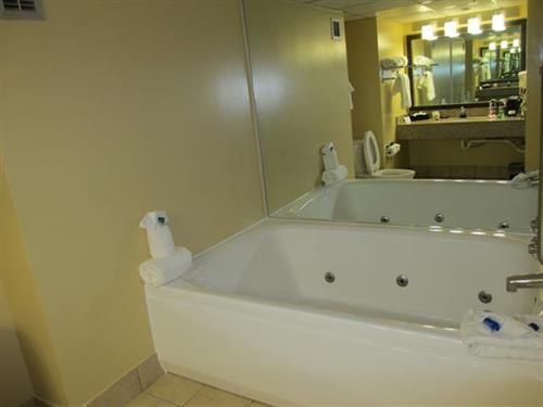 2 Room Suite- Jacuzzi Tub