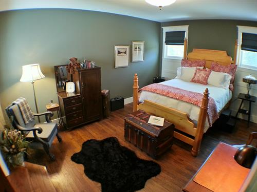The Executive - queen bed - private bath