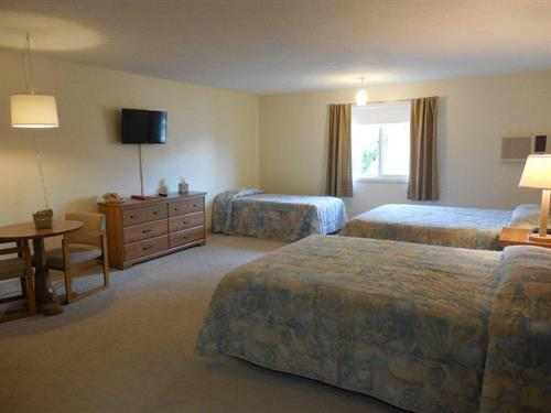 Family Room! 2 Queen and 1 twin bed,Flat Screen TV, refrigerator, micro and coffee.