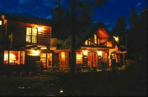 Wil Horse Inn at night.