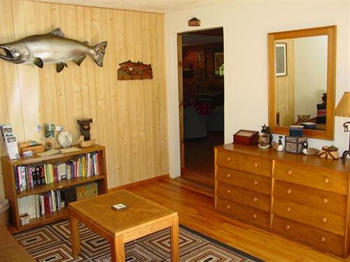 Cozy 2 - Entry & Sitting Room (fish on the wall: Big Earl!)