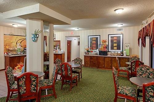Gallery Image Kingsland_GA_cheap_hotel_Breakfast_seating_Z.jpg