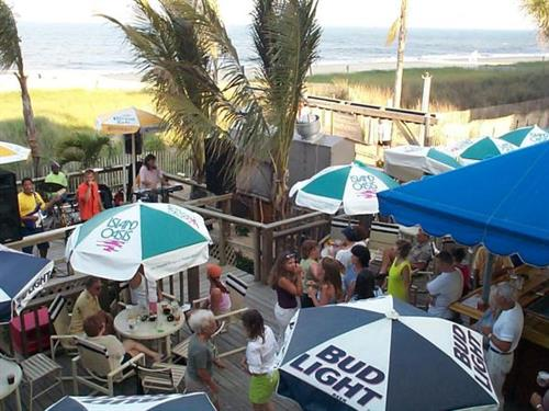 Lenny's Beach Bar & Grill with live entertainment