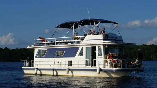 Spend a relaxing stay on the houseboat