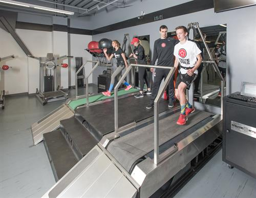 AR - Fit training Teenagers backpedalling on super treadmills