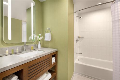 Guestroom bathroom w/ tub