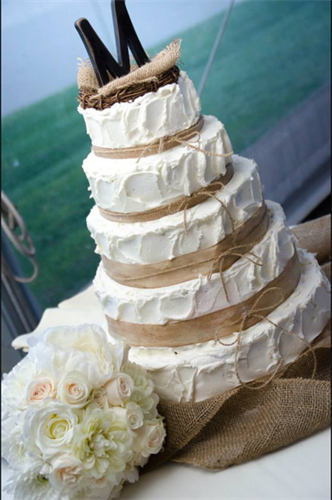 Country 5-tiered cake with simple burlap