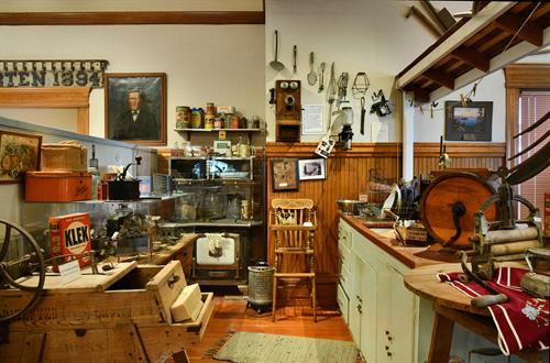 Pioneer kitchen; (c) Scott Hess