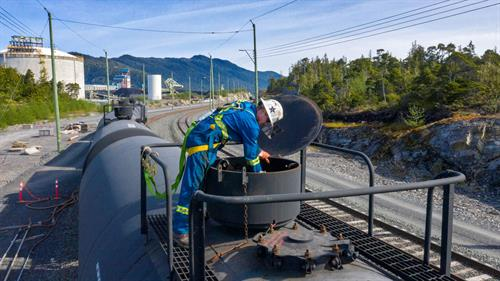 Liquid bulk unloading of energy products from railcar