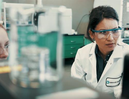 Tenemos nuestro propio laboratorio y un equipo de científicos que trabajan arduamente para garantizar el conocimiento de la calidad del agua antes de que llegue a nuestras plantas de tratamiento.