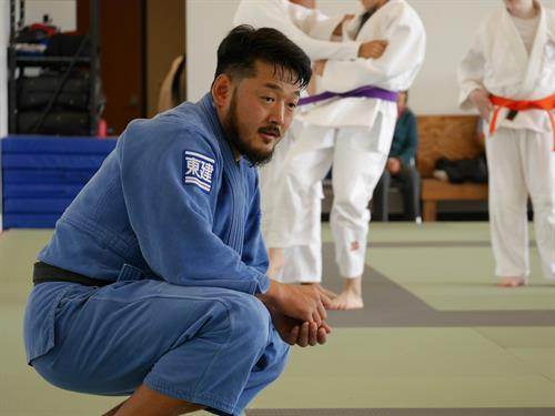 Mr. Kosuke Tanaka (All Japan Champion) watches over the students intently.