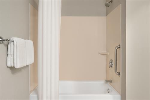 Gallery Image Country_Inn__Suites_by_Radisson._Brookings._SD_-_Accessible_Bathroom_-_Roll_In_Shower_-_1454683.jpg