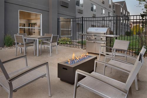 Gallery Image Country_Inn__Suites_by_Radisson._Brookings._SD_-_Outdoor_Seating_Area_-_1454672.jpg
