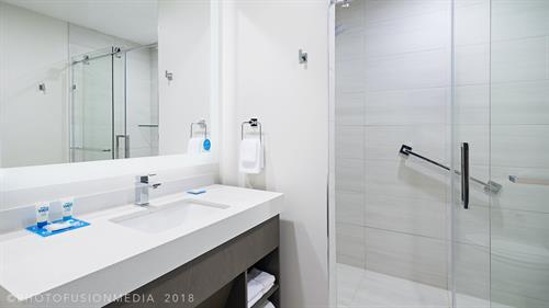 Hyatt House Jersey City Hotel Guest Bathroom