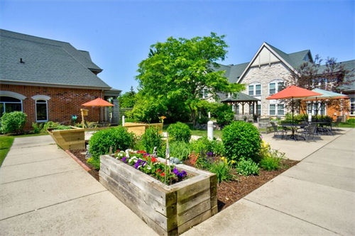 Gallery Image assisted_living_patio.png