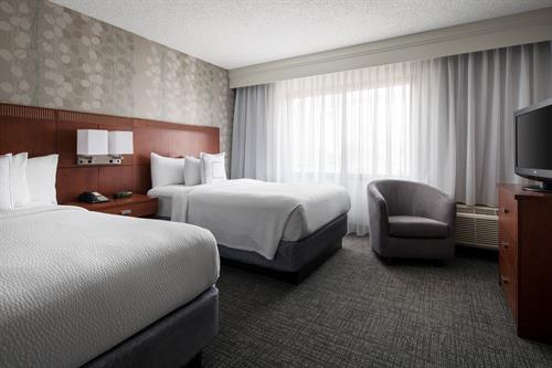 The queen/queen guest rooms at our El Segundo hotel feature plenty of space for you to spread out and relax in while utilizing complimentary high-speed Wi-Fi, luxury bedding and flat-panel TVs.