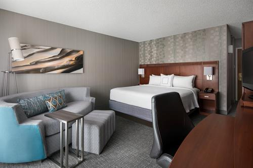 Rest, relax or entertain friends in our hotel rooms featuring king beds and comfortable pullout sofas. Busy travelers will also love free Wi-Fi and desks with ergonomic chairs.