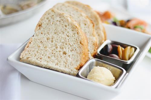 Bread, olives, and garlic at Jumpin' Jay's Fish Cafe