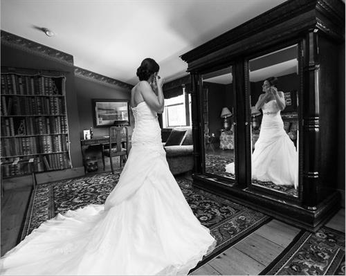 Gallery Image Black_and_White_Bride_in_Mirror.JPG