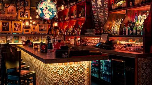 Tapa Y Tintos Bar