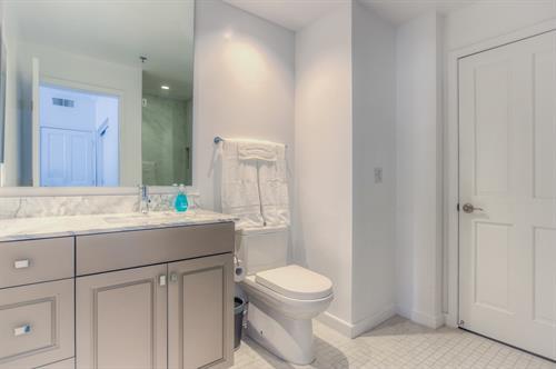 Beverly Hills 2 Bedroom - Guest Bathroom