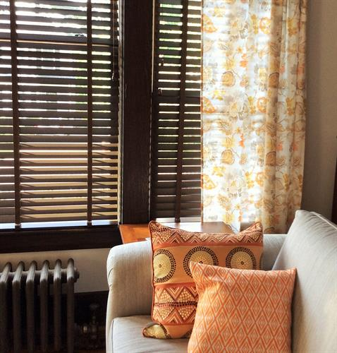 Don't you just love orange with chocolate (wood blinds)?