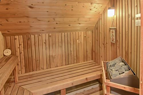 The Bay Chalet features a private sauna and Jacuzzi