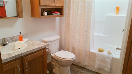 Gallery Image 12-Common_Full_Bathroom.jpg