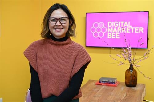 Bee and Digital Marketer Bee logo