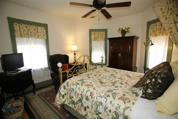 Martha's Morning Sunshine Room - Cozy Room - queen bed - Room 3