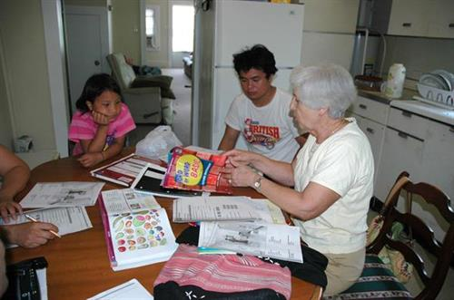 Volunteer tutoring family in English
