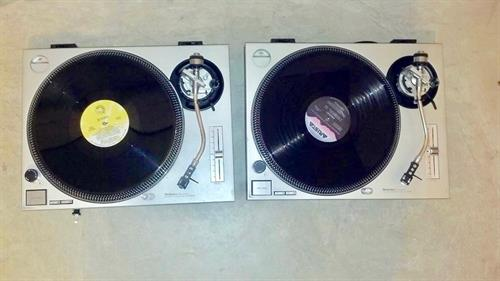 Deejaying Oldies and Old School dance songs using vinyl records