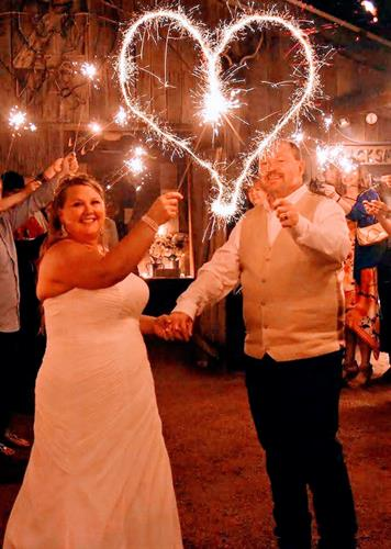Gallery Image Great_Wedding_Pic_with_Sparklers.jpg
