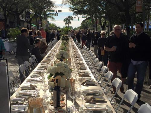 Gallery Image dining_on_the_ave.jpg