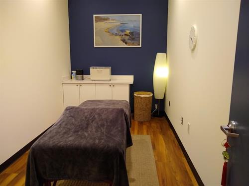 Gallery Image Renu-massage-energy-bodywork-greenway-station-treatment-room-white-cabinet.jpg