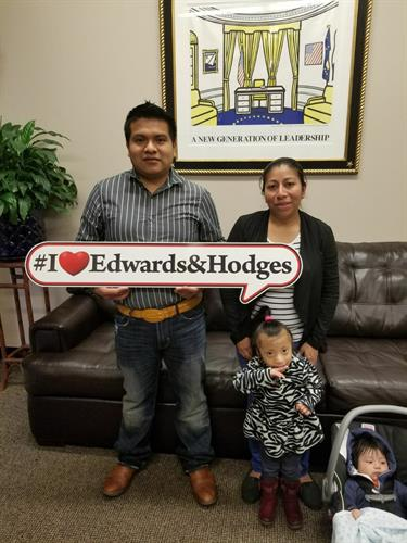 Familia Feliz con Edwards & Hodges.