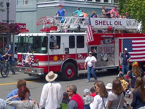 Shell employees and family members join in annual parade