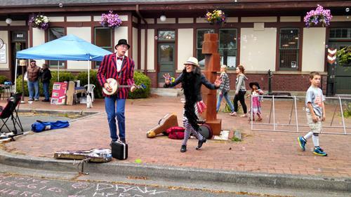Gallery Image dancing_buskers.jpg