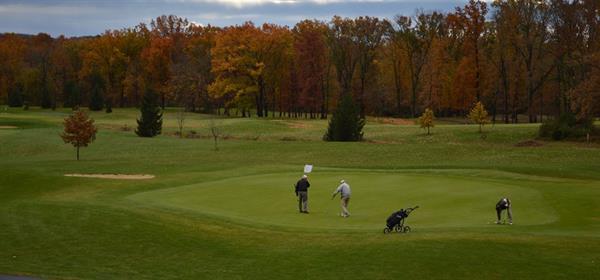 Gallery Image Mindys_beautiful_fall_photo_of_three_with_golfers.jpg