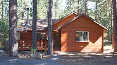 3 bdrm, 2 bath cabin with modern, high-end furnishings & linen, hot tub, fire pit, wood stove, chef's kitchen and private master.