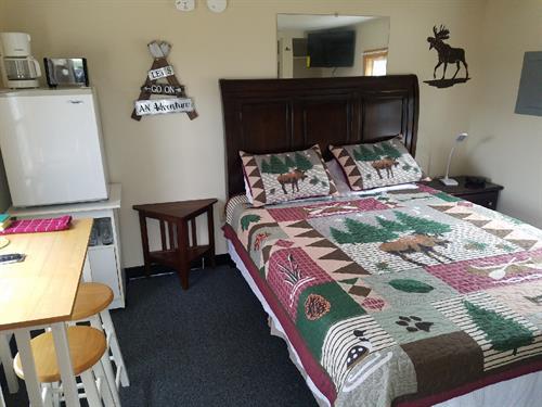 Wolf Den Queen bed, microwave, mini-fridge, coffee pot