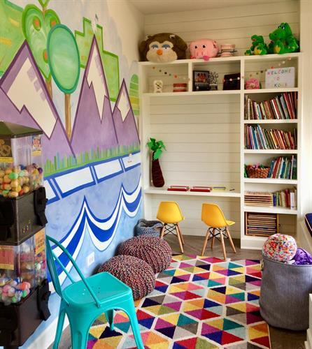 Gallery Image 984_kid_with_mural.jpg