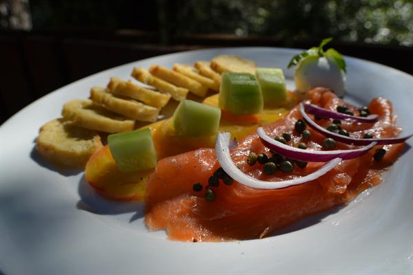 Smoked Salmon with Tomato, Capers & Onion