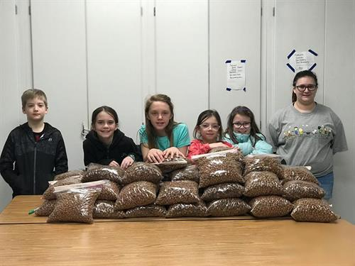 Student volunteers bag food for Pet Food Pantry