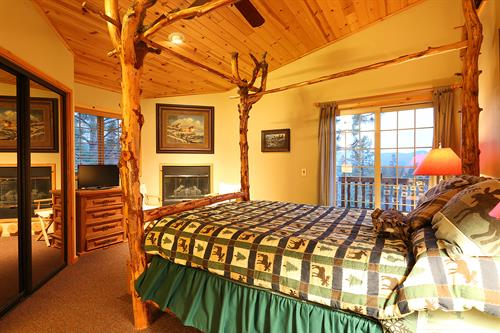 Gallery Image Summit_Ski_Inn_Ski_Out_Master_Bedroom.jpg