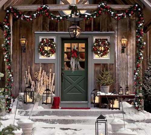 Gallery Image doorway_with_christmas_wreath.jpg